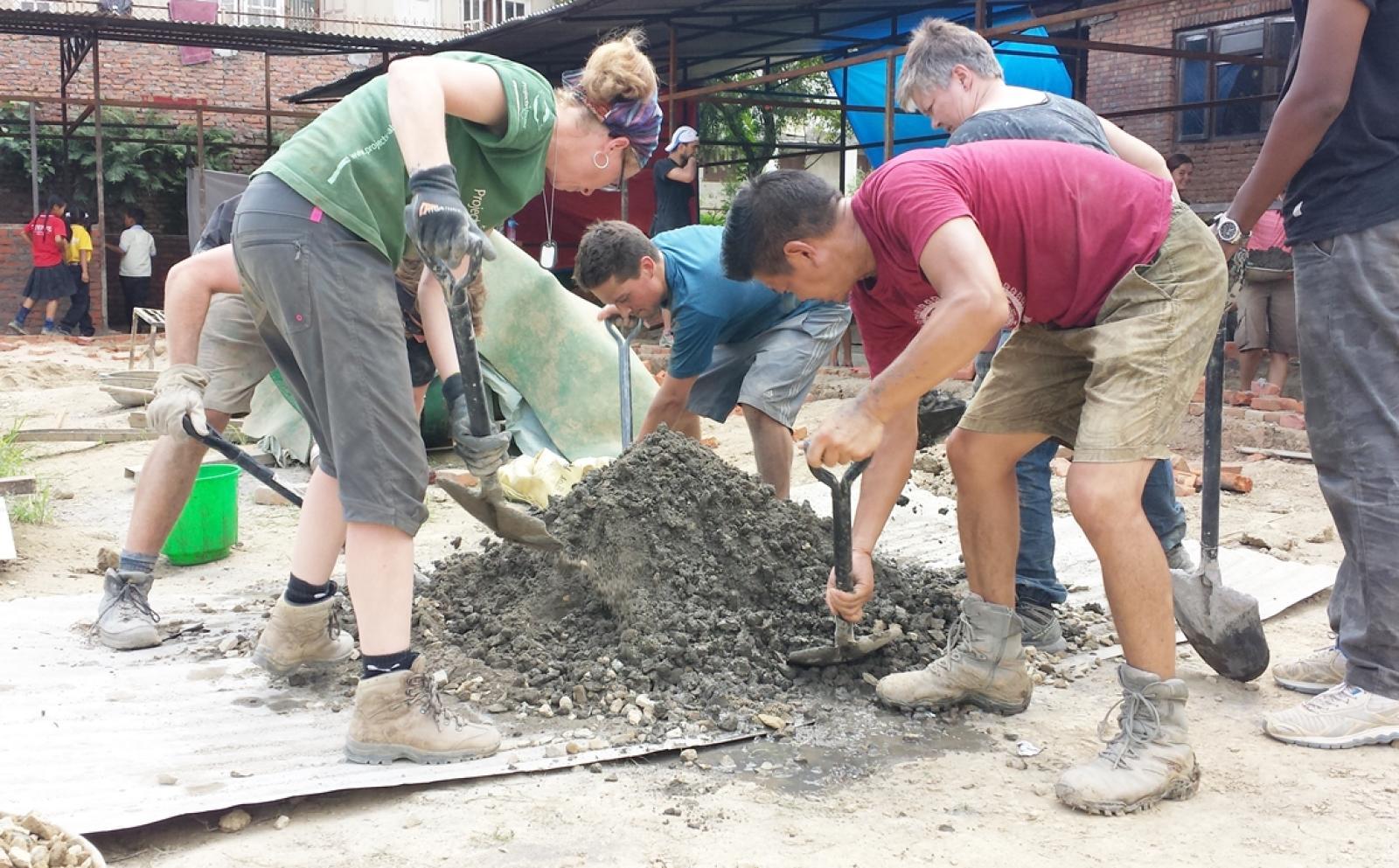 ネパールで学校再建に取り組む建築ボランティアたち